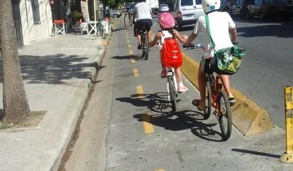 Los chicos, la bici y las calles.