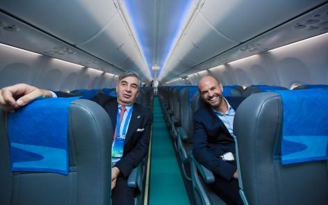 El interior del nuevo Boeing MAX de Aerolíneas Argentinas, junto a su presidente Mario Dell'Acqua