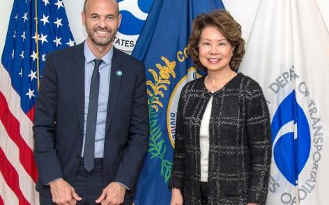 Con la Secretaria de Transporte de Estados Unidos, Elaine Chao.