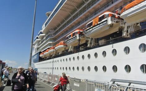 Turistas se bajan de crucero en el Puerto Buenos Aires